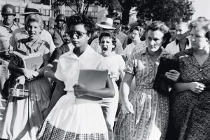 BE024335 - Shows Elizabeth Eckford, one of the nine negro students whose admission to Little Rock's Central High School was ordered by a Federal Court following legal action by NAACP legal defense fund attorneys. 06 Sep 1957, Little Rock, Arkansas, USA Credito: Bettmann/Getty Images